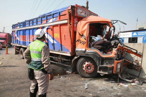 Dos muertos dejó choque de camiones en Panamericana Norte