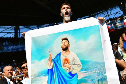 Fan lleva afiche de Messi en Rusia 2018