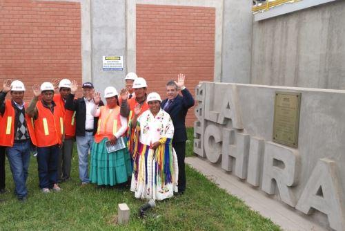 Ministro Javier Piqué con autoridades y dirigentes de Ilave en PTAR La Chira