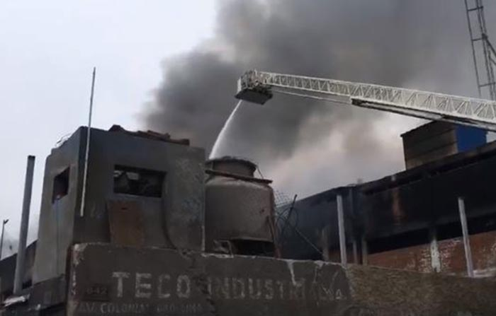 Bomberos controlan incendio en el Cercado de Lima