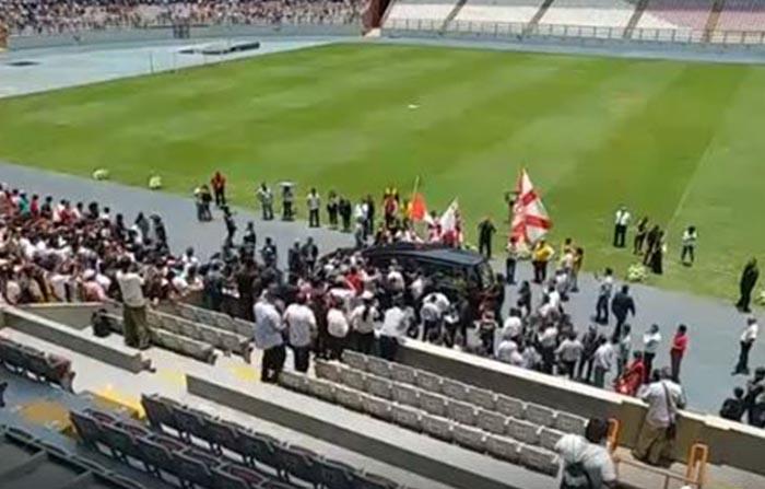 Desde el Estadio Nacional, hinchas realizan sentido homenaje al fallecido periodista Daniel Peredo.