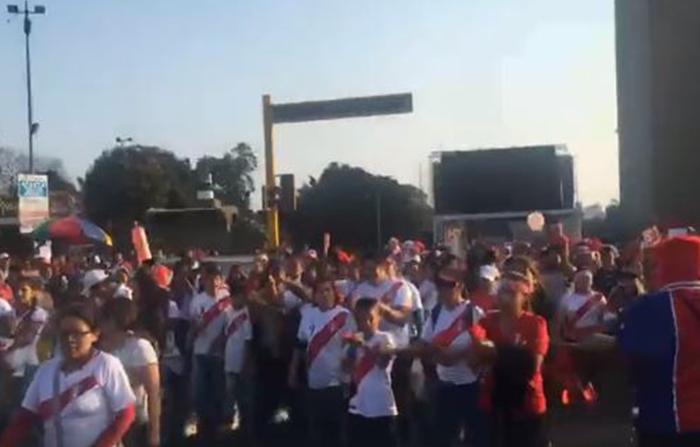 Cientos de peruanos marchan en apoyo a Paolo Guerrero, capitán de la Selección Peruana