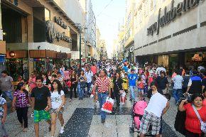 Compradores en jirón de la Unión. ANDINA/Juan Carlos Guzmán