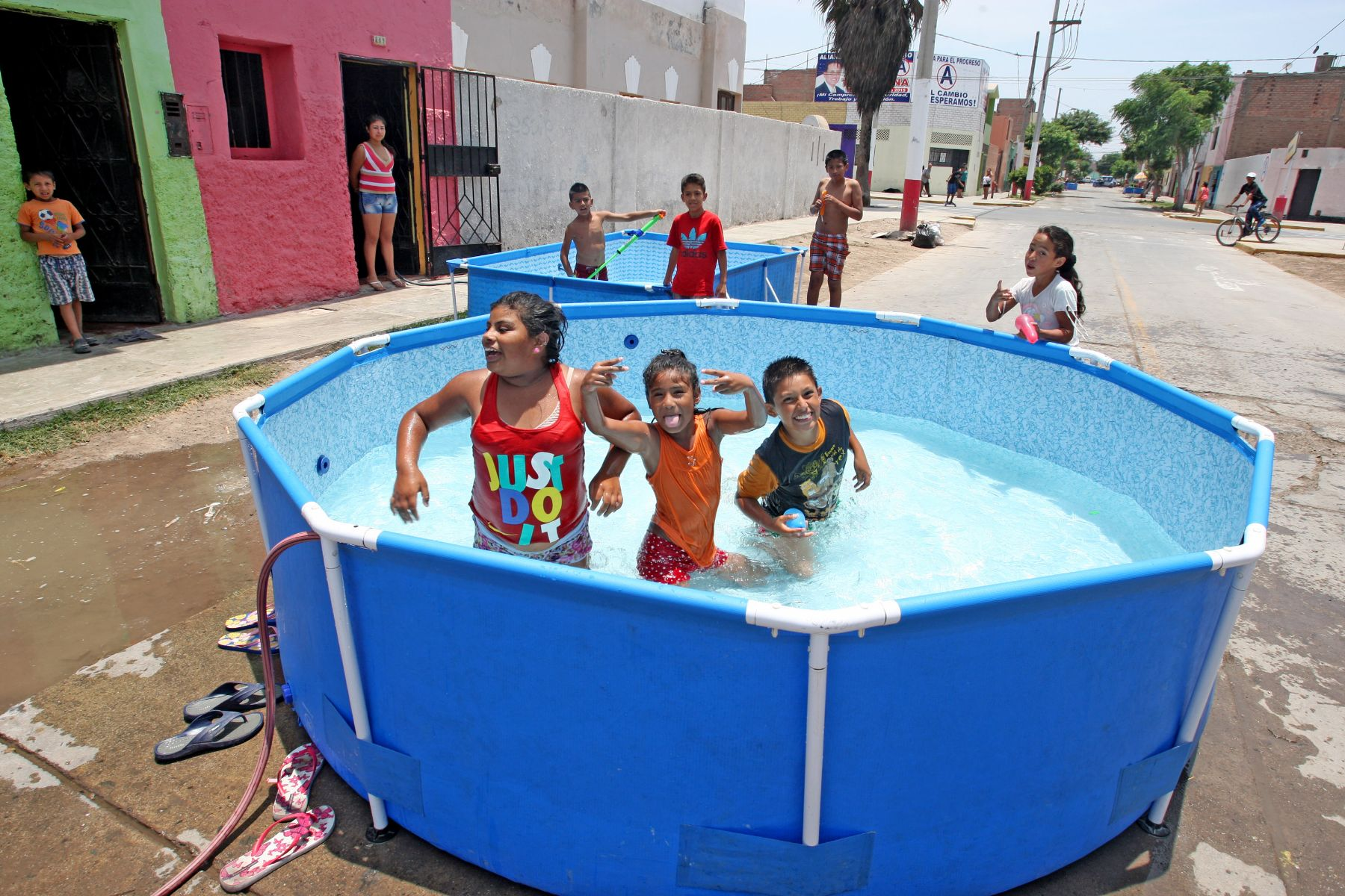 uso de piscinas armables y conexiones clandestinas agravan