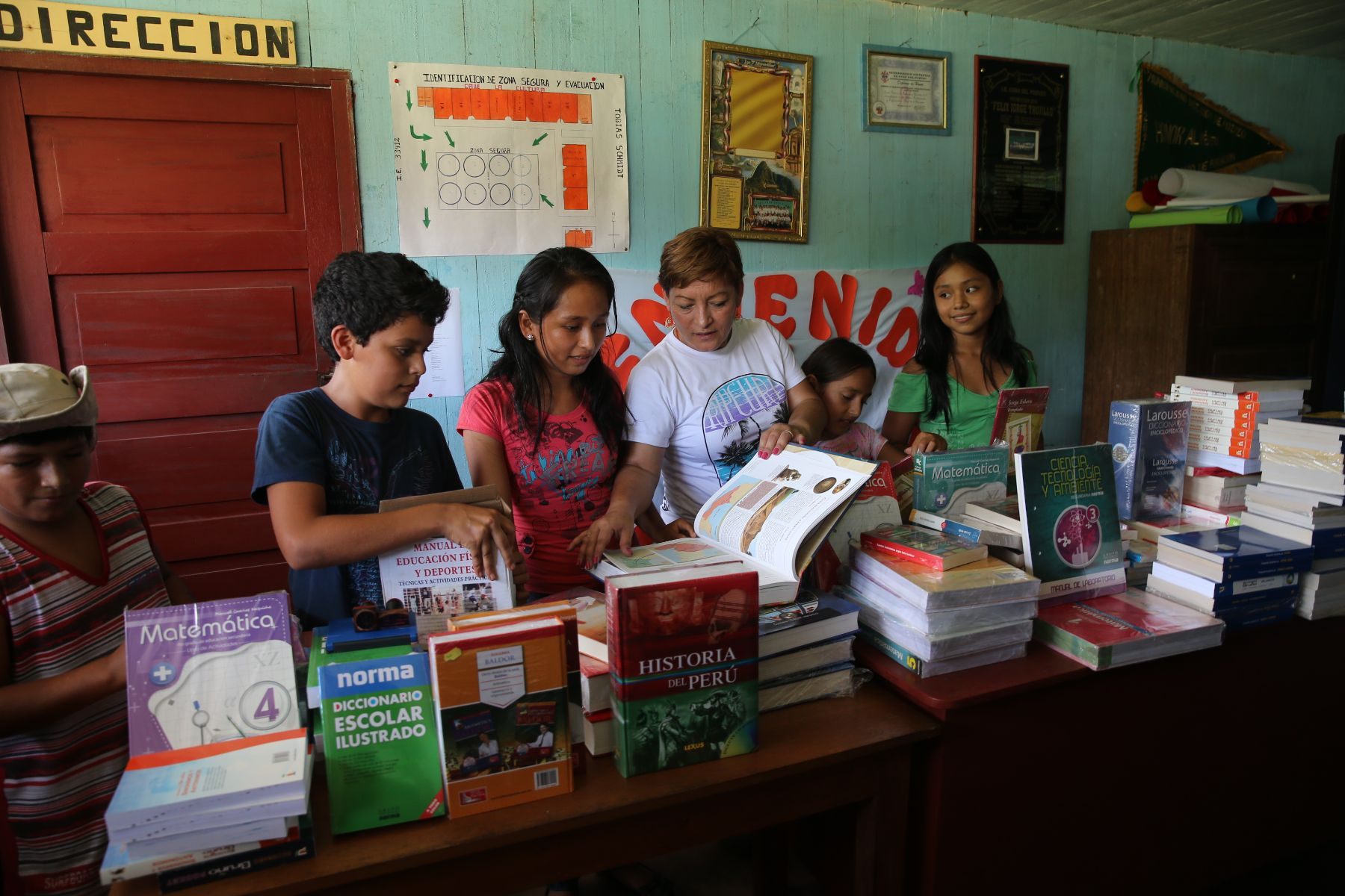 Gobierno entrega computadoras y libros a escolares de codo for Comedor estudiantil