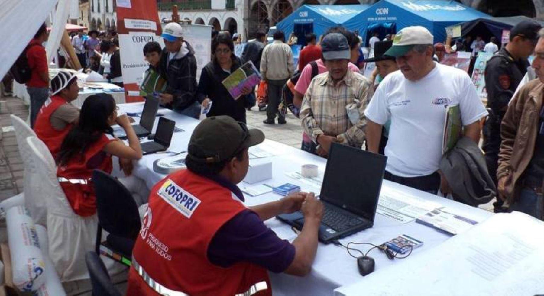 Oficina m vil de cofopri brinda atenci n a pobladores de for Oficina empadronamiento