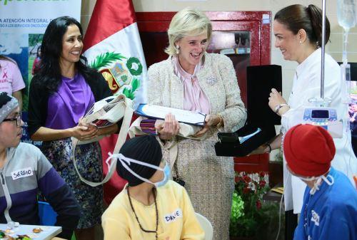 LIMA PERÚ - OCTUBRE 23.La primera dama de la nación Nadine Heredia y la Princesa Astrid de Bélgica, visitan el Instituto nacional de Enfermedades Neoplasicas. Foto: ANDINA/Carlos Lezama