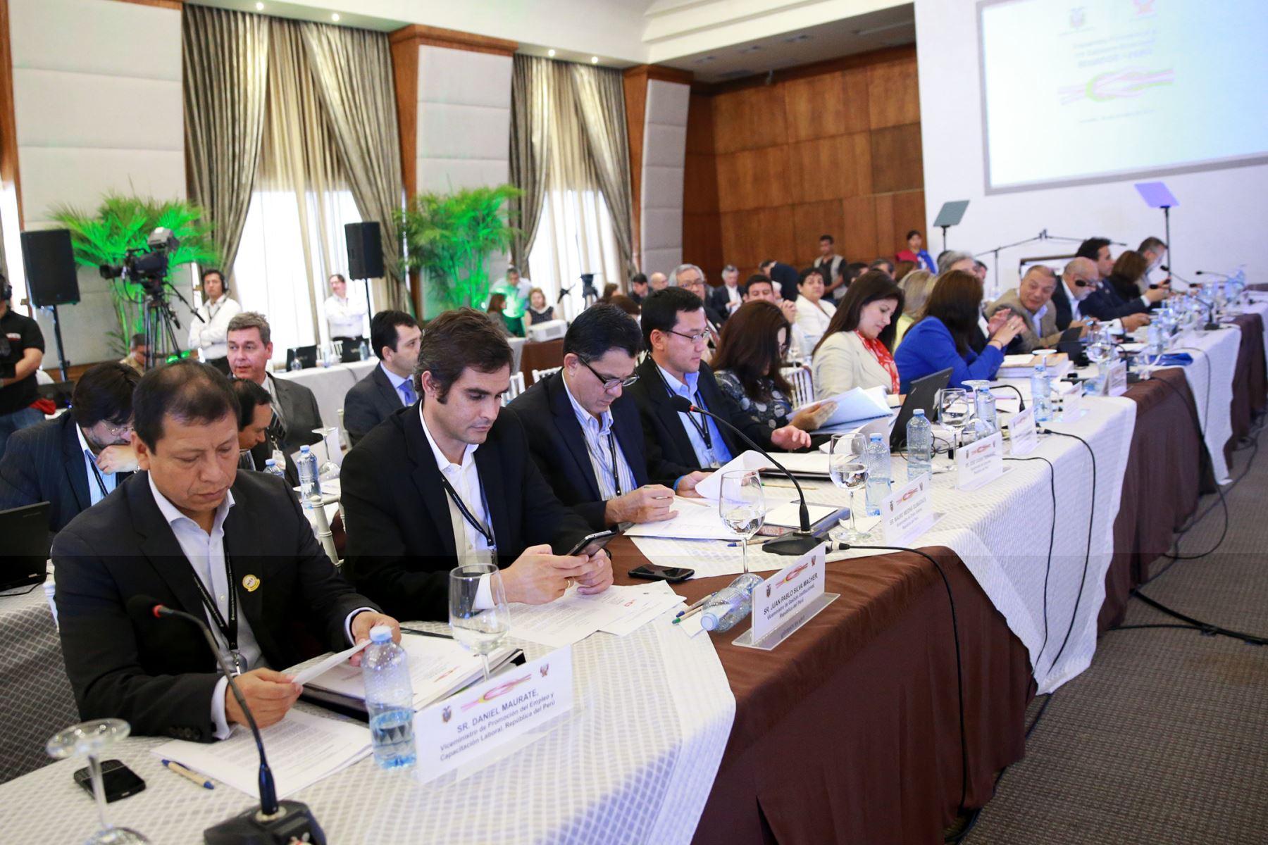 Presidente Ollanta Humala junto a s homologo de ecuador.Rafael Correa,participa en VIII Gabinete Binacional Perú-Ecuador en Arenillas, Ecuador.Foto: ANDINA/Prensa Presidencia