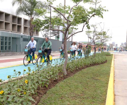 Ministro y alcalde en bicicleta
