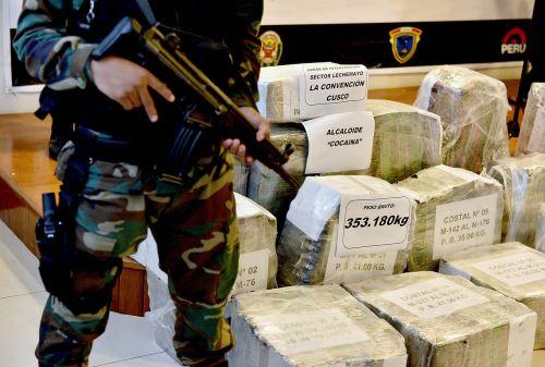 LIMA, PERÚ - DICIEMBRE 12.Agentes de la División de Operaciones especiales Antidrogas de Ayacucho, decomisaron un total de 932.64 kg de cocaína en dos intervenciones, tras detener a siete personas e incautar una avioneta que iba a ser utilizada para el transporte de droga a otros países.Foto: ANDINA/Difusión