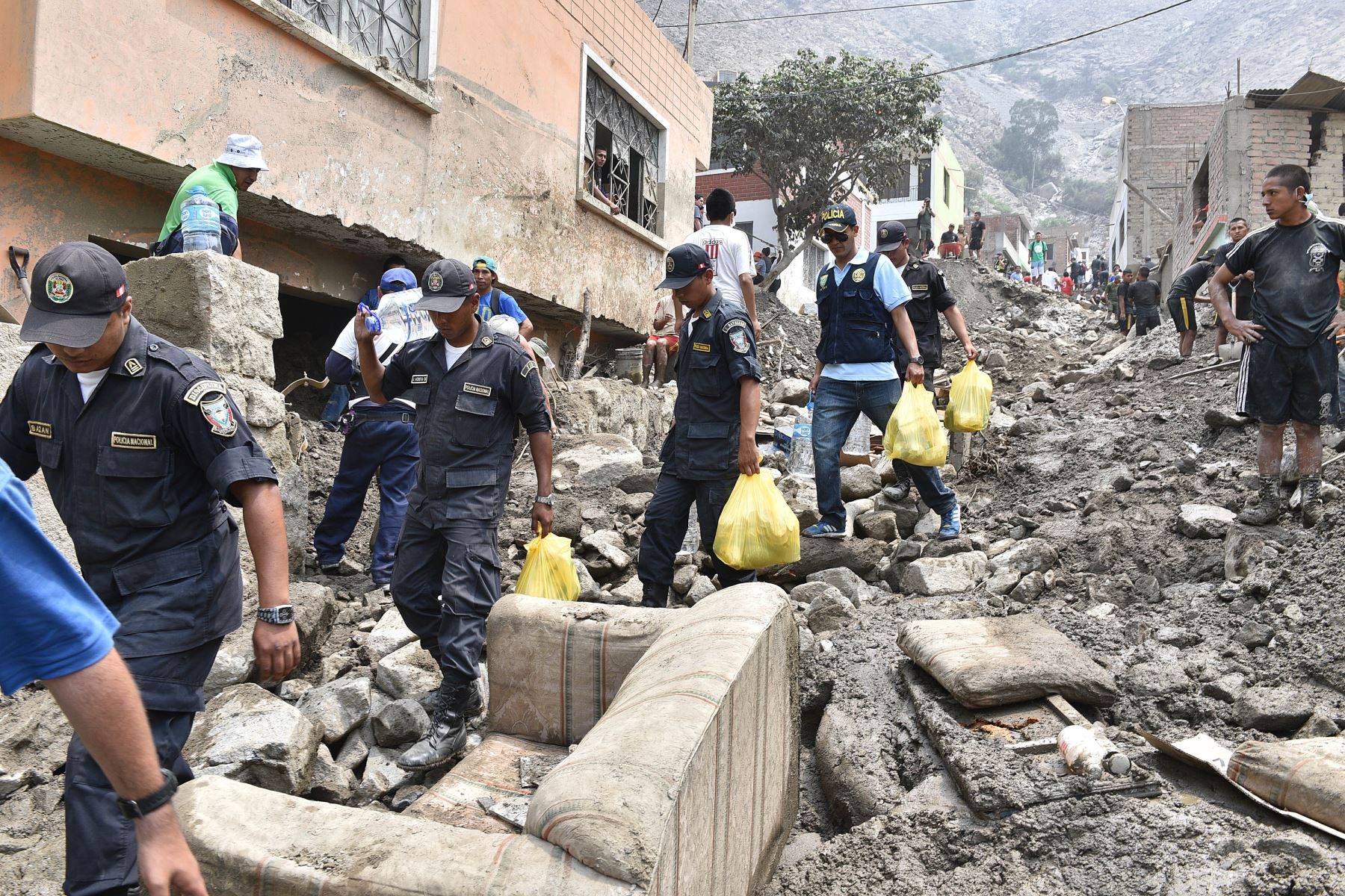 Resultado de imagen para policia nacional del peru en huaicos