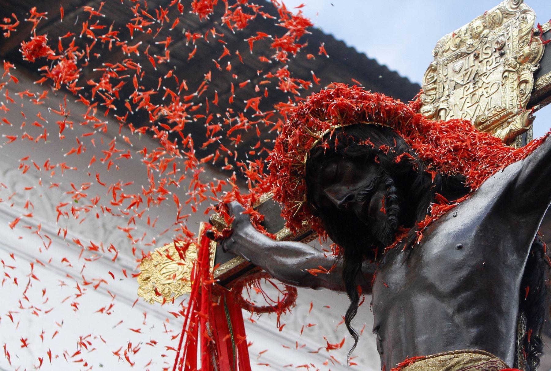 Las flores de ñukch'u se le ofrecen sólo al Señor de los Temblores, en la Semana Santa