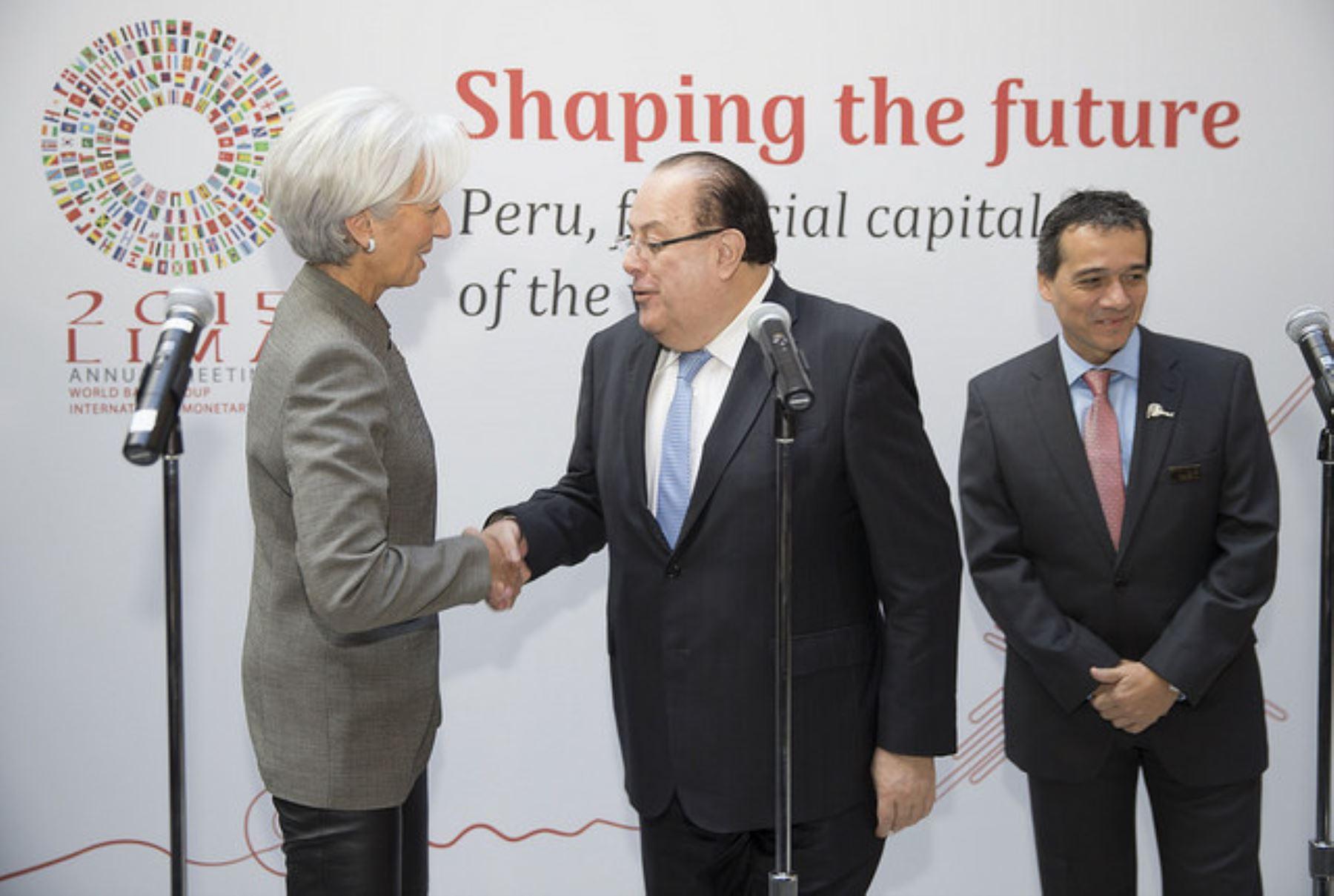 Directora del FMI, Christine Lagarde, saluda al presidente del BCR, Julio Velarde. Foto: FMI.
