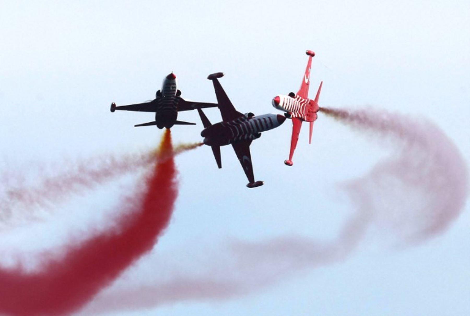 Equipo acrobático de la Fuerza Aérea, Estrellas turcas, vuelan sus Fighters Northrop F-5 Freedom durante la ceremonia de conmemoración que marca el 100 aniversario del inicio de la batalla de Gallipoli.Foto:AFP