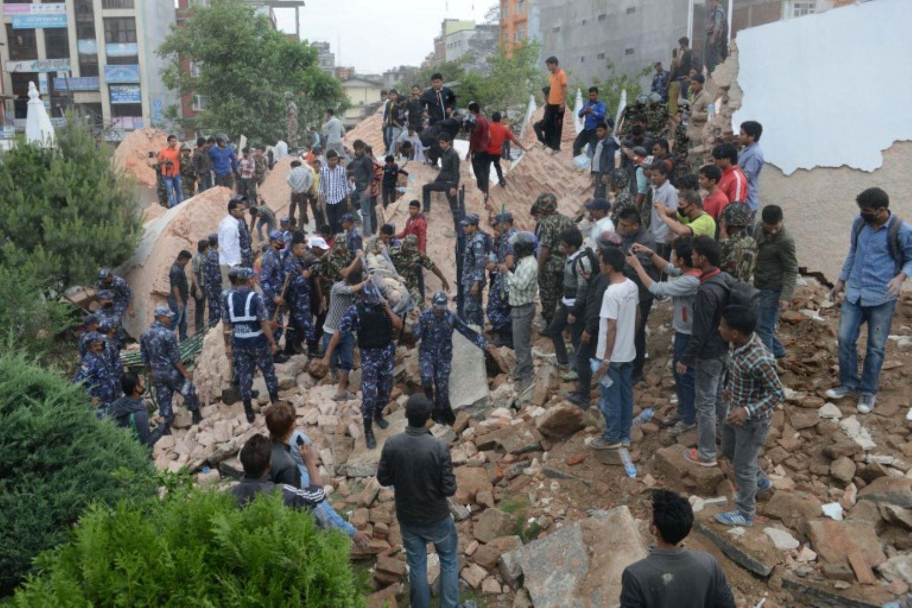 Miles de viviendas se derrumbaron por fuerte sismo. Foto: AFP.