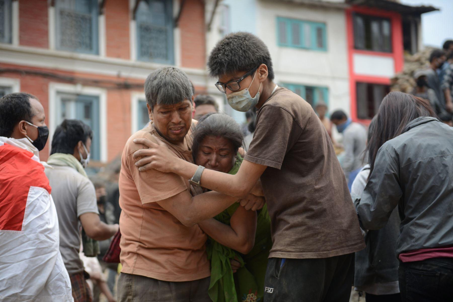 Sobrevivientes del terremoto de 7.9 de magnitud en Nepal. Foto: AFP.. Foto: AFP.