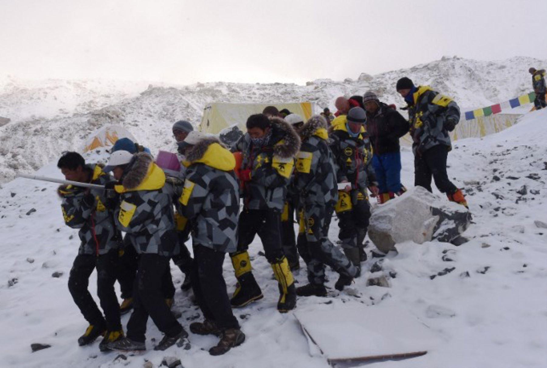 Una persona herida es llevada por los miembros de rescate para ser transportado por aire en helicóptero rescate en el campamento base del Everest el 26 de abril de 2015, un día después de una avalancha provocada por un terremoto devastó el campamento.