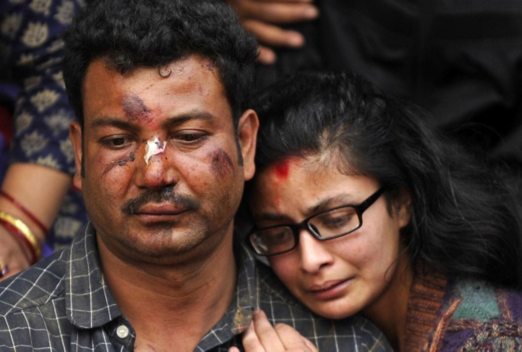 Residentes nepaleses lloran la muerte de un familiar después de un terremoto, en una cremación masiva en Katmandú el 26 de abril de 2015.Foto:AFP