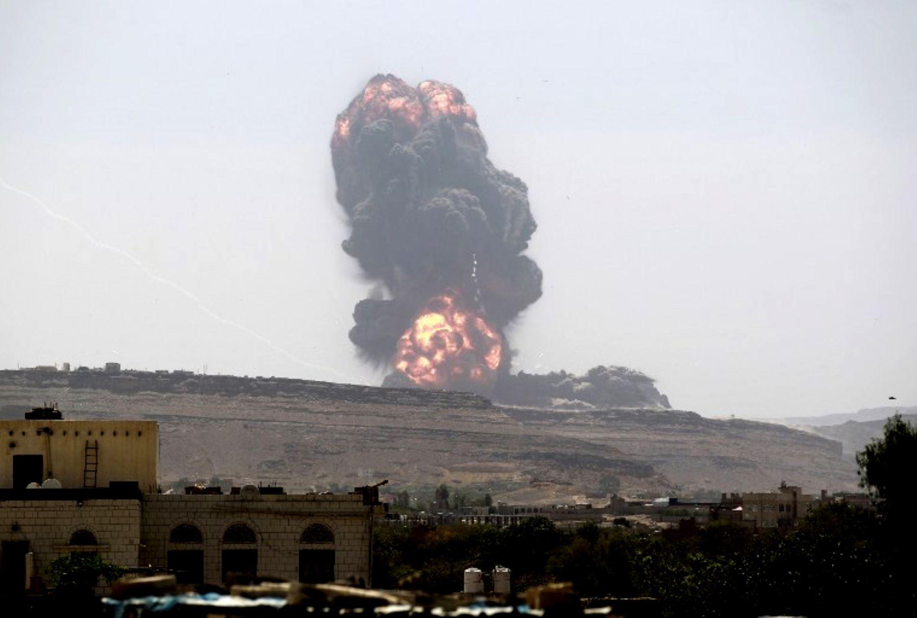Ataque aéreo de la coalición liderada por Arabiaen un depósito de armas del ejército, ahora bajo control de los rebeldes chiítas Huthi. Foto:AFP