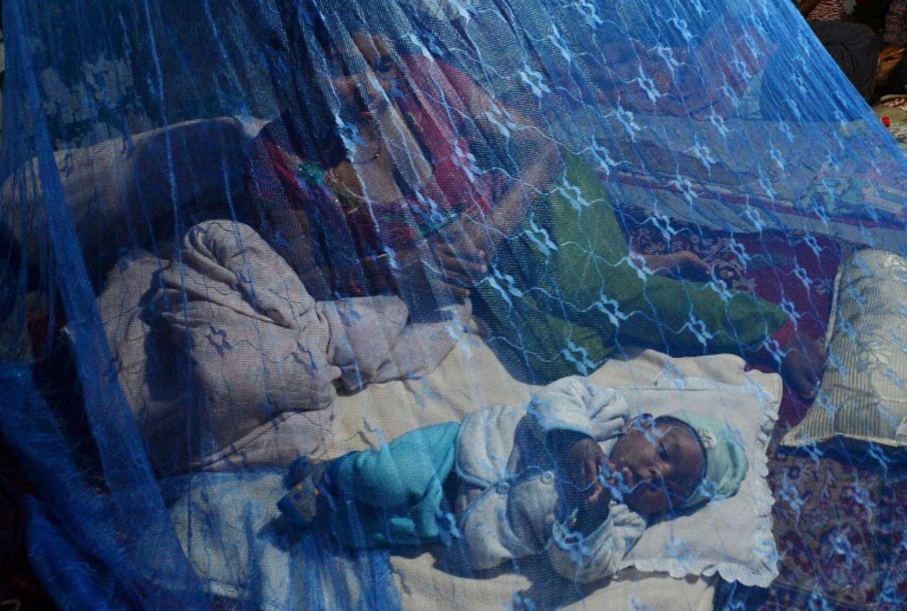 Residente nepalí descansa bajo un toldo en Katmandú después de múltiples terremotos golpearon la nación del Himalaya. Foto:AFP