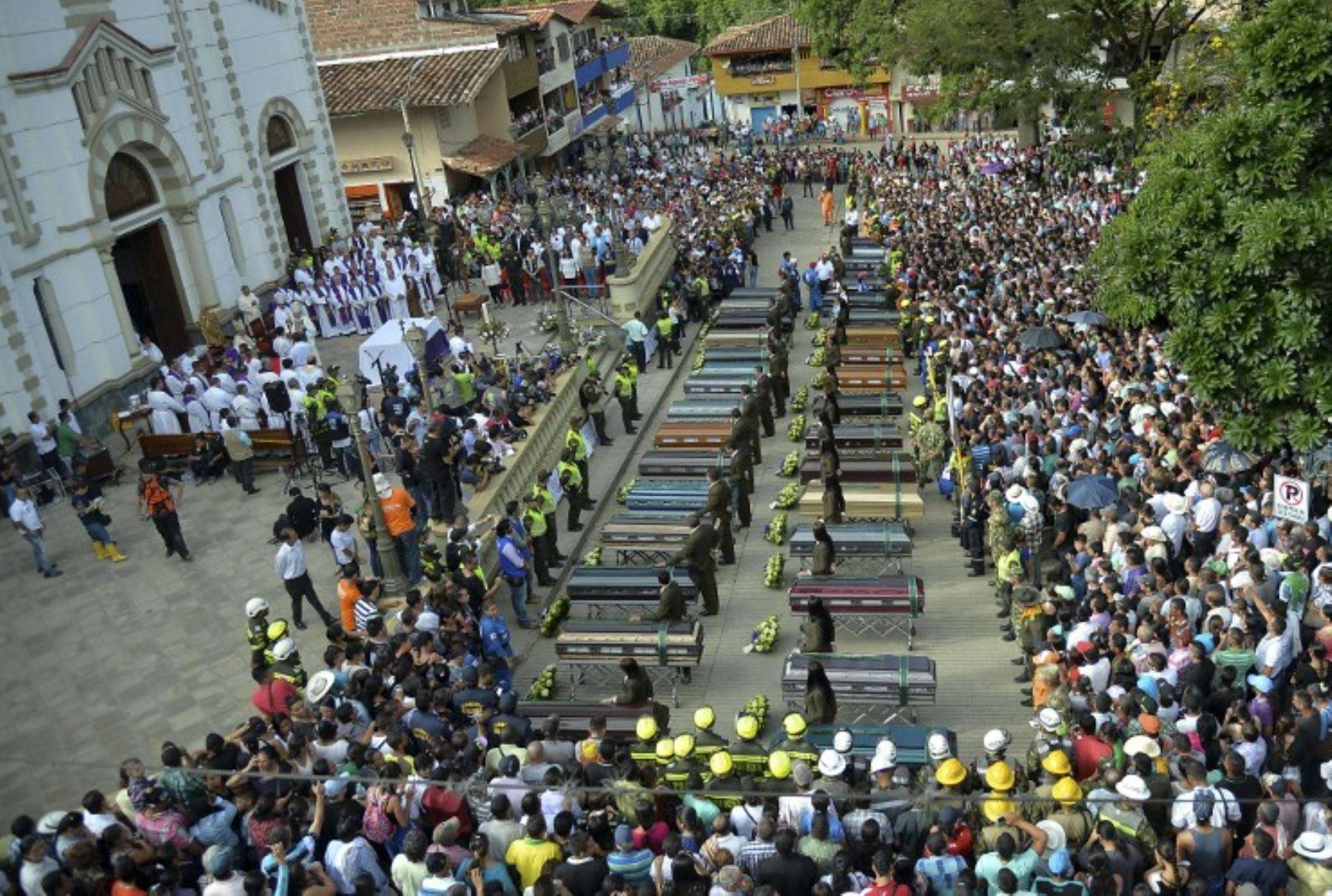 Funeral de las víctimas de un deslizamiento de tierra en el que murieron al menos 84 personas cuando el río Liboriana desbordó la madrugada del lunes y prácticamente borró esta ciudad colombiana- Foto:AFP