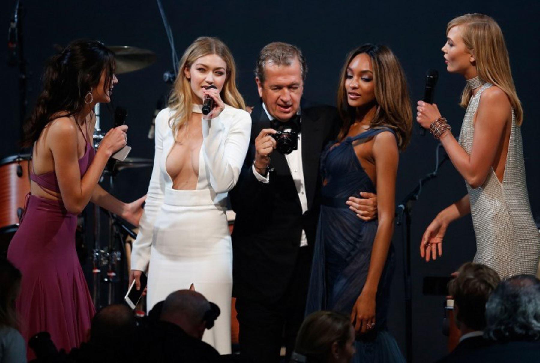 Las modelos estadounidense Kendall Jenner, Gigi Hadid,el fotógrafo peruano Mario Testino, la modelo británica Jourdan Dunn y modelo estadounidense Karlie Kloss realizan una subasta en Cannes.Foto:AFP