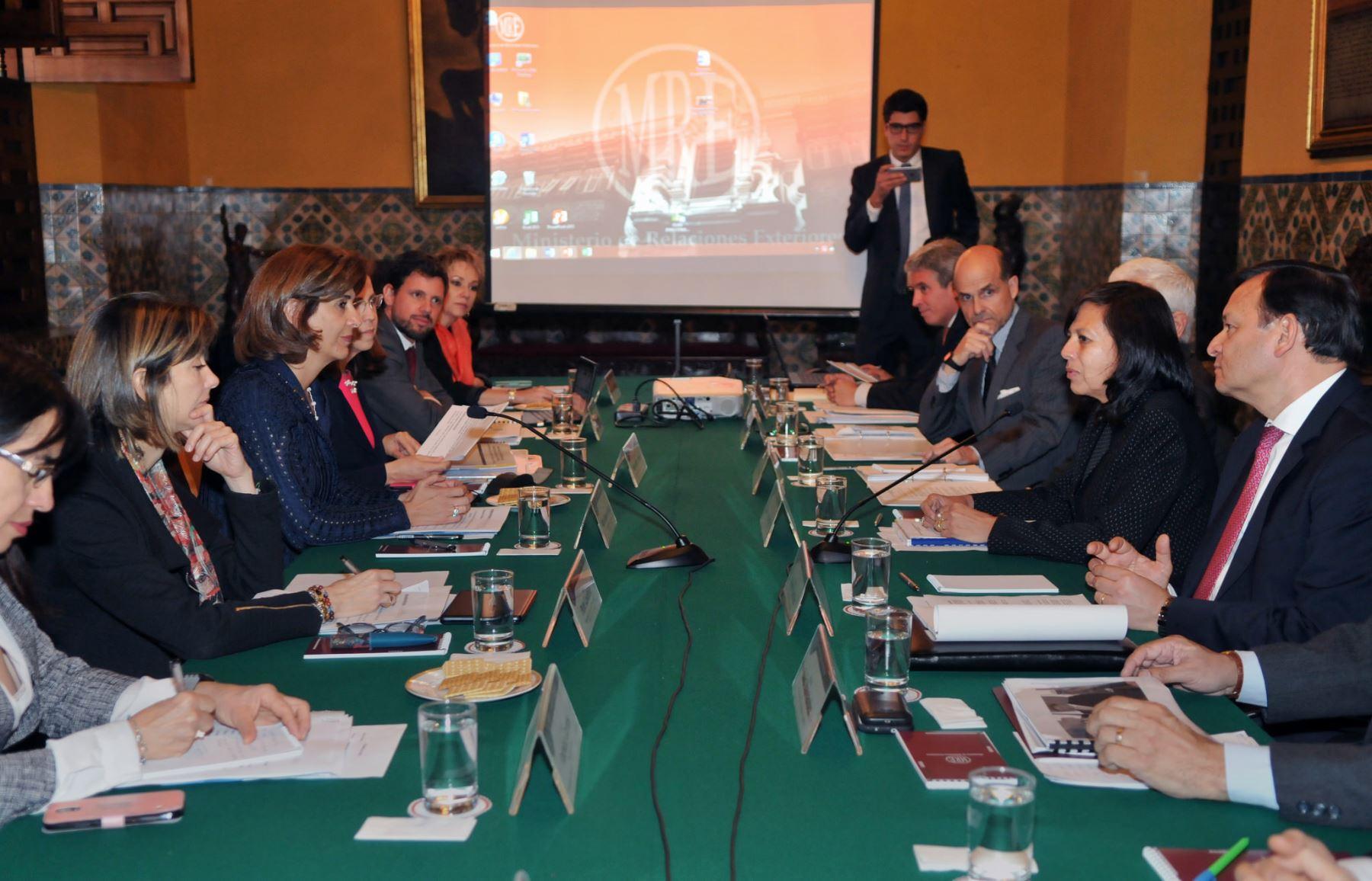 Cancilleres de Perú, Ana María Sánchez; y de Colombia, Rosa Ángela Holguín, se reunieron en Lima