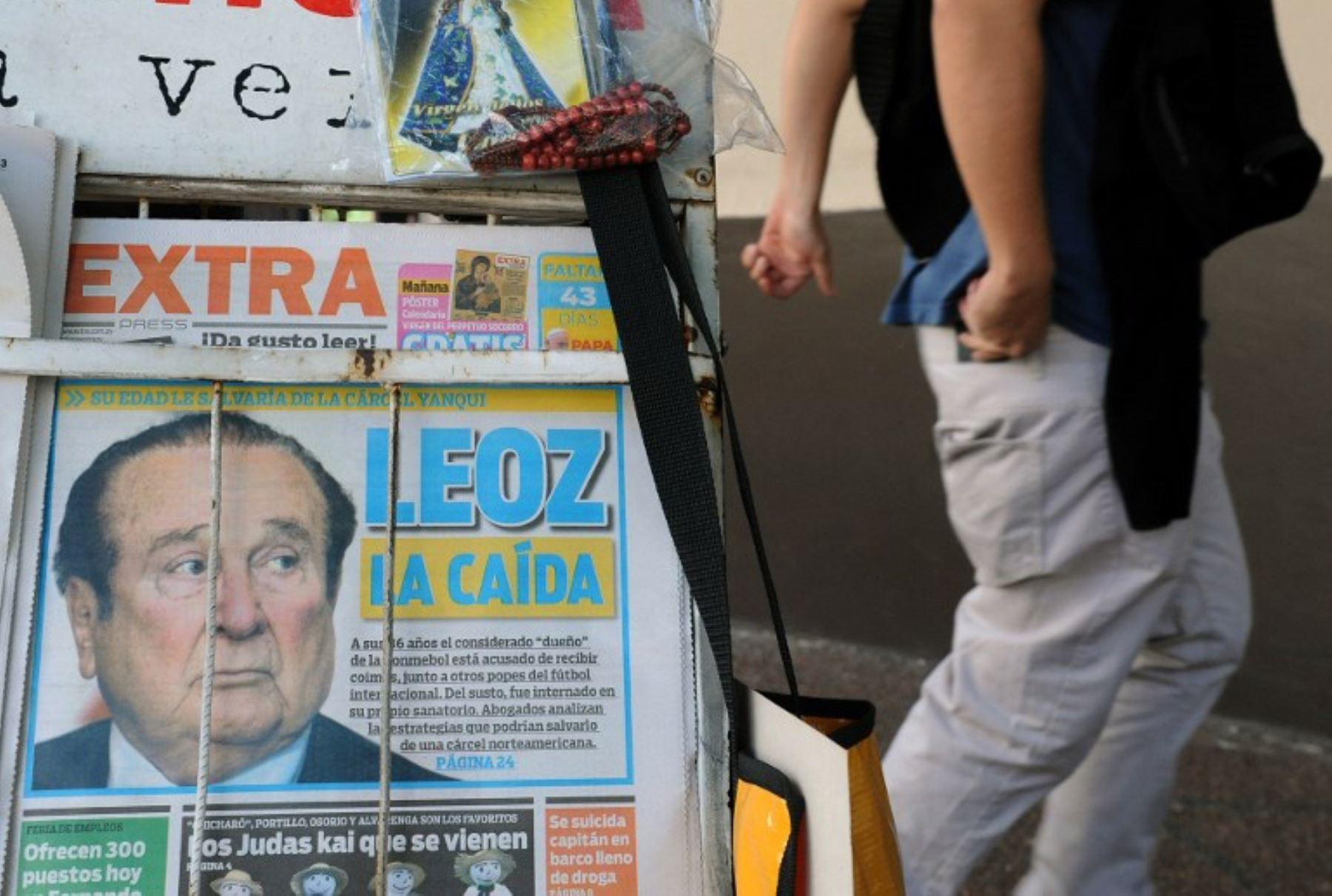 Portadas de los periódicos en Asunción con la imagen del ex presidente de la Conmebol Nicolás Leoz. Foto:AFP