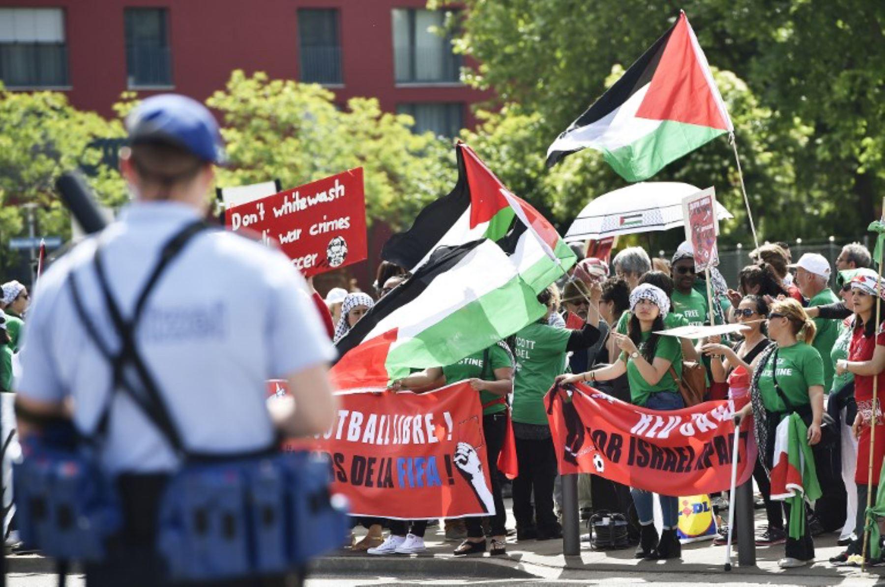 Activistas palestinos protestan frente al Hallen stadium donde  se lleva acabo el 65o Congreso de la FIFA. Foto:AFP