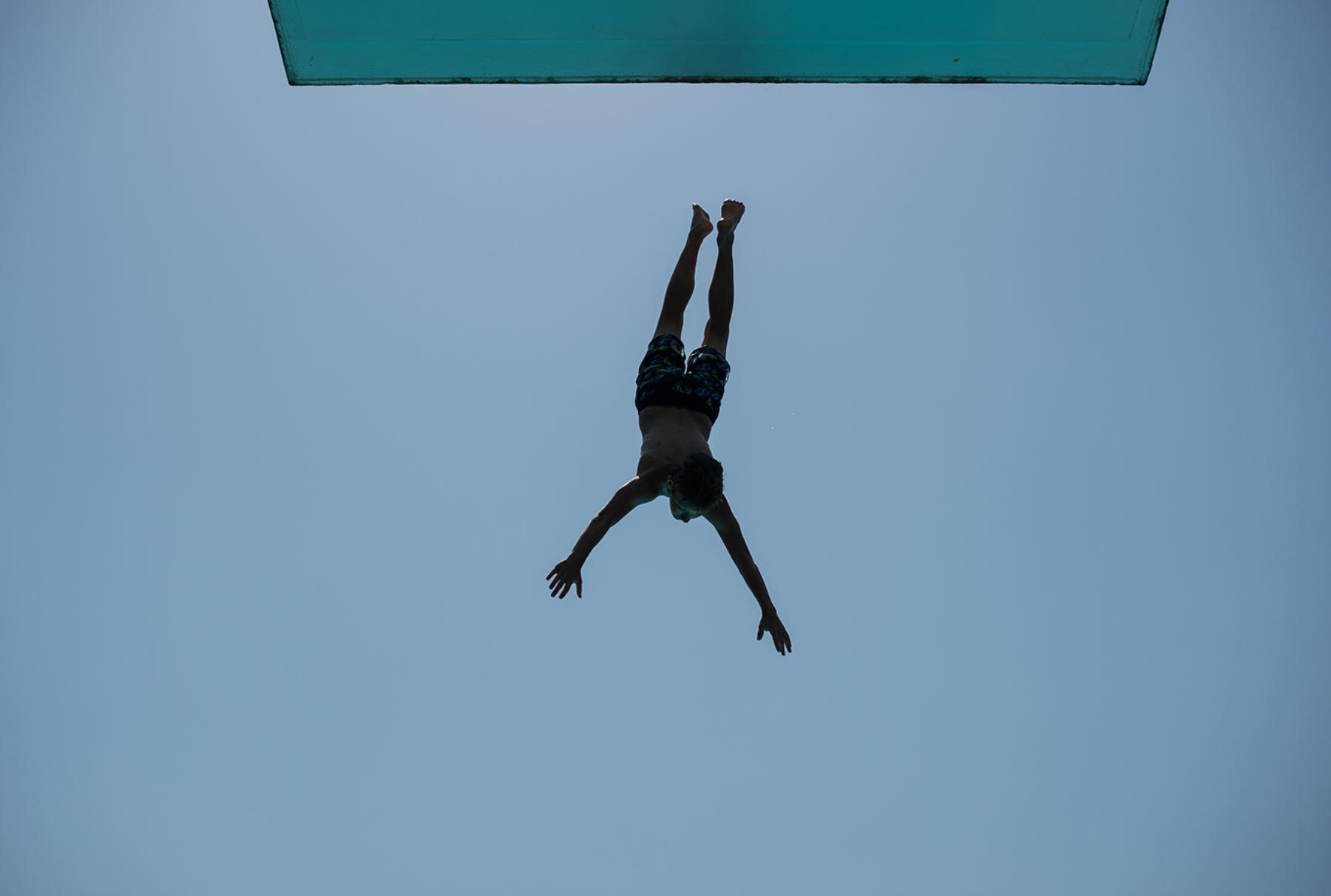Un niño salta de una plataforma de buceo en Colonia, oeste de Alemania. Los meteorólogos pronostican temperaturas alrededor de 30 grados para Alemania. AFP PHOTO / DPA / MAJA HITIJ GERMANY OUT