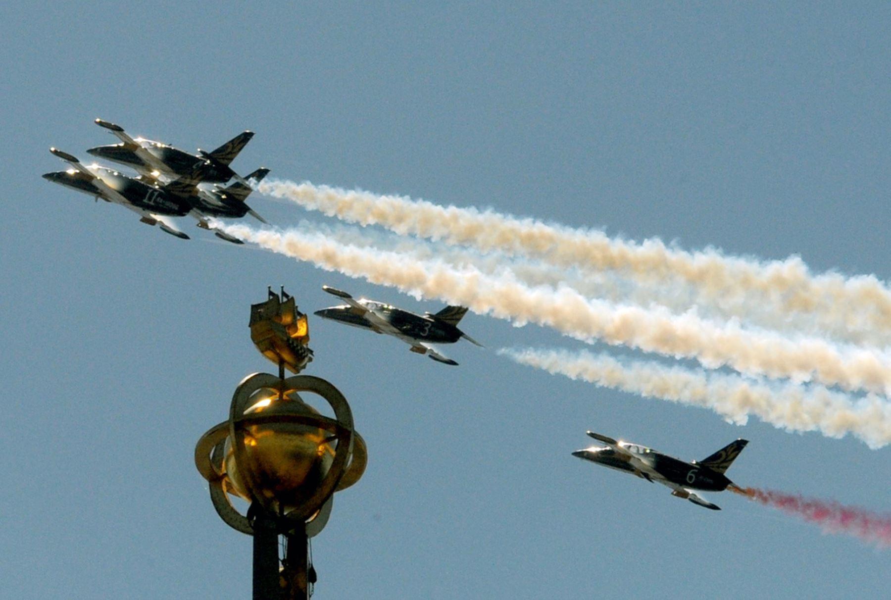 Aviones Aero L-39 Albatros realizan maniobras en el marco de la defensa marítima del Salón Internacional de San Petersburgo. AFP PHOTO / OLGA Maltseva