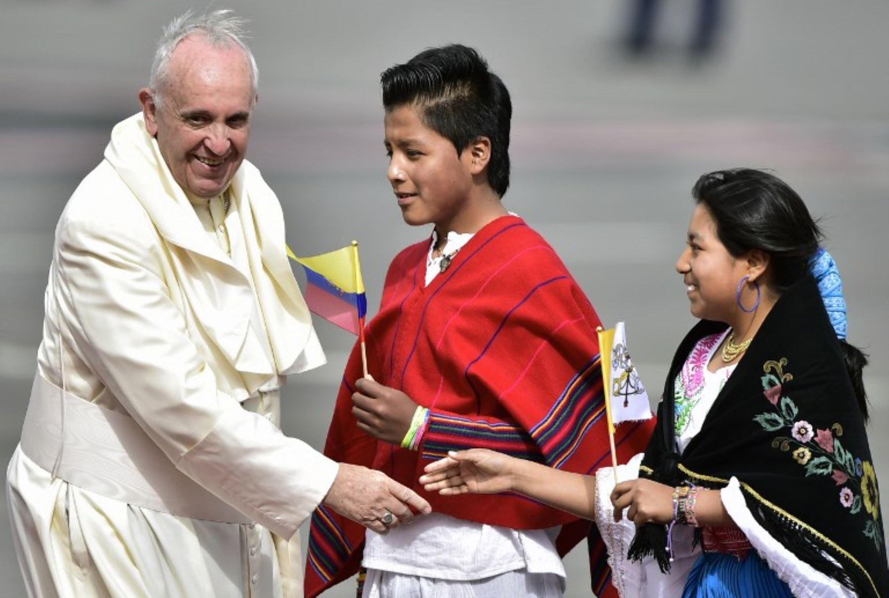 El papa Francisco llegó este domingo a Quito en el inicio de la gira sudamericana después de dos años, y en la que también visitará Bolivia y Paraguay.Foto:AFP