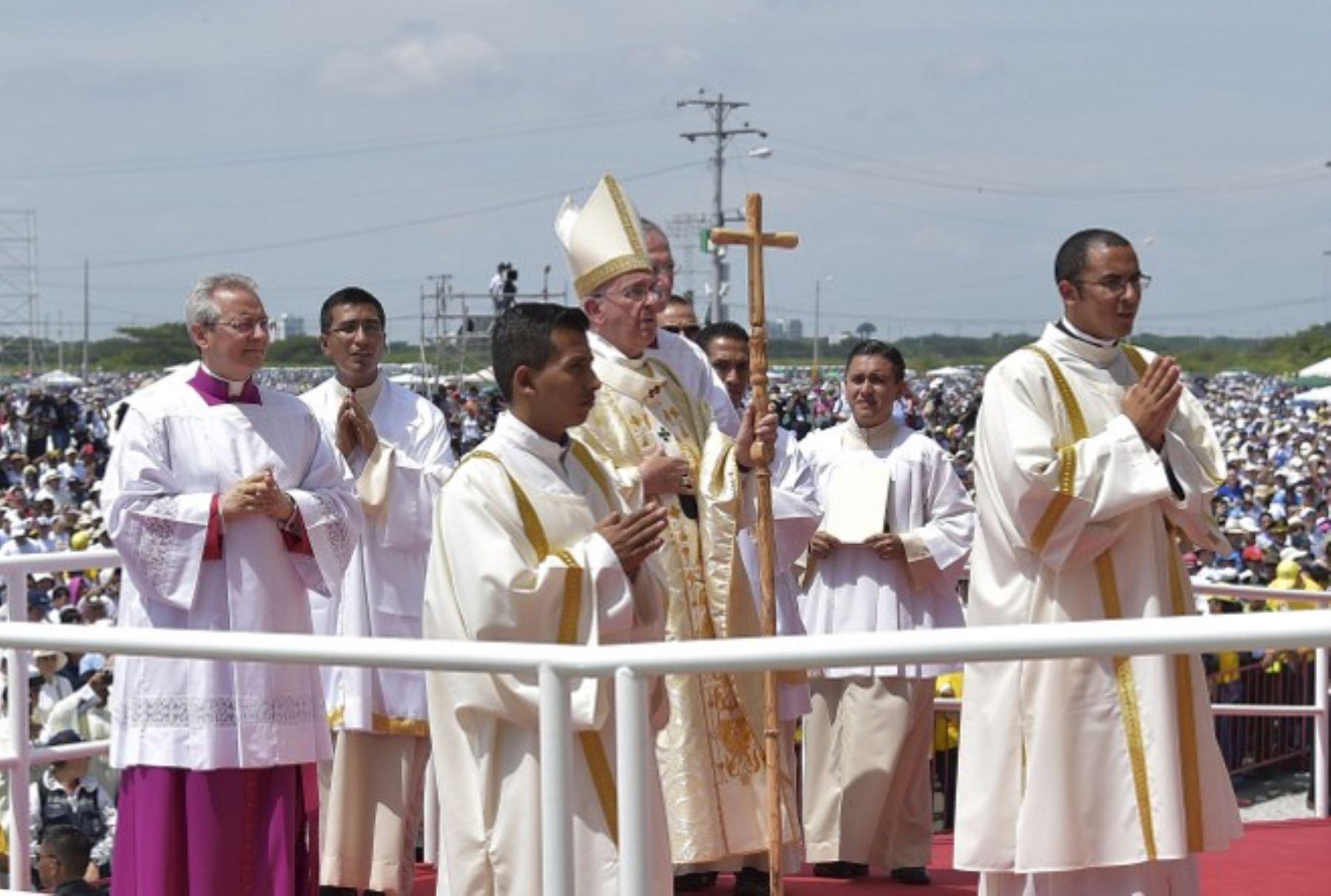 El Papa Francisco llegó hoy a la costera ciudad de Guayaquil para oficiar su primera misa campal en Ecuador. Foto:AFP