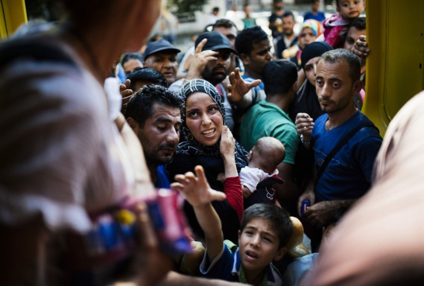 Miigrantes esperan recibir alimentos distribuidos por voluntarios de Macedonia en la estación de tren en Gevgelija. Foto: AFP