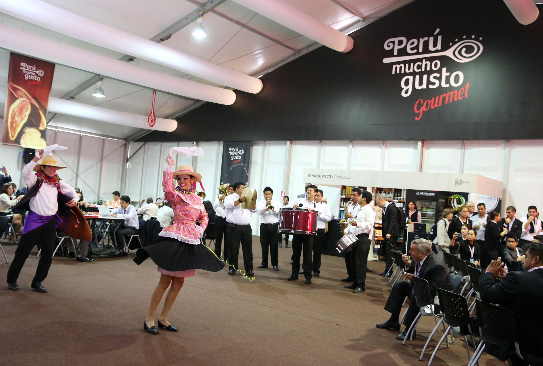 LIMA PERÚ, OCTUBRE 9. Flashmob con musica peruana en Reuniones Anuales del Banco Mundial y el FMI. Foto: ANDINA/Melina Mejía