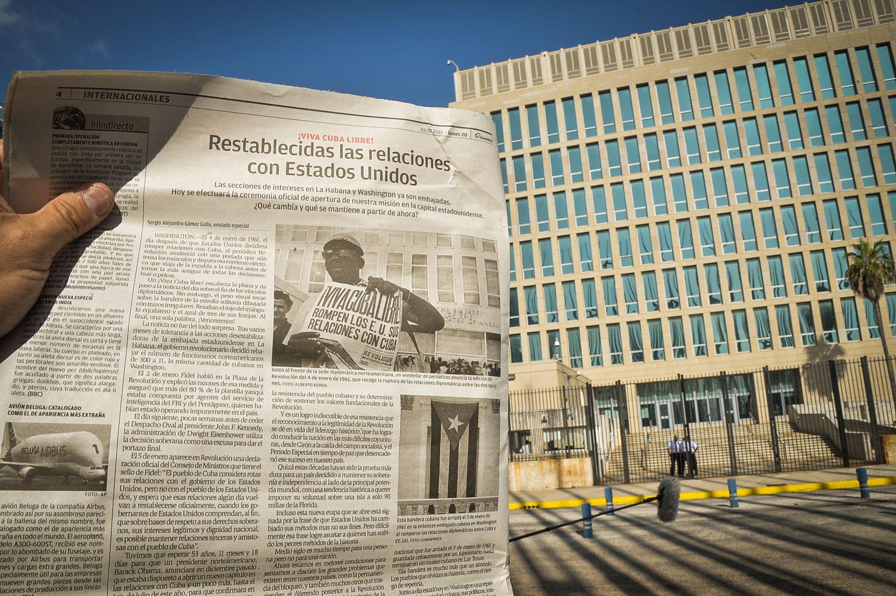 Cubano muestra el diario oficial Granma, con un artículo sobre la ...