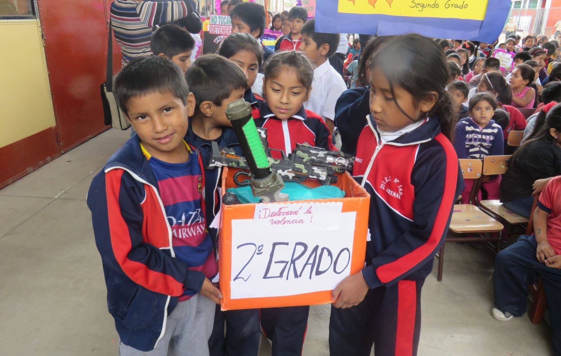 Escolares de ica entregan armas de juguete y reciben for Portal del ministerio del interior
