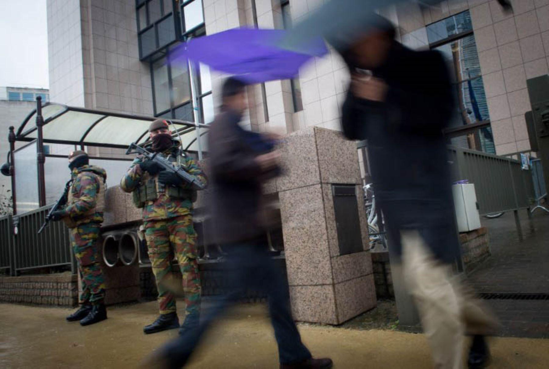 Soldados belgas hacen patrullaje por la Comisión Europea, en Bruselas. La capital belga se mantiene en el más alto nivel de alerta posible. Foto: AFP