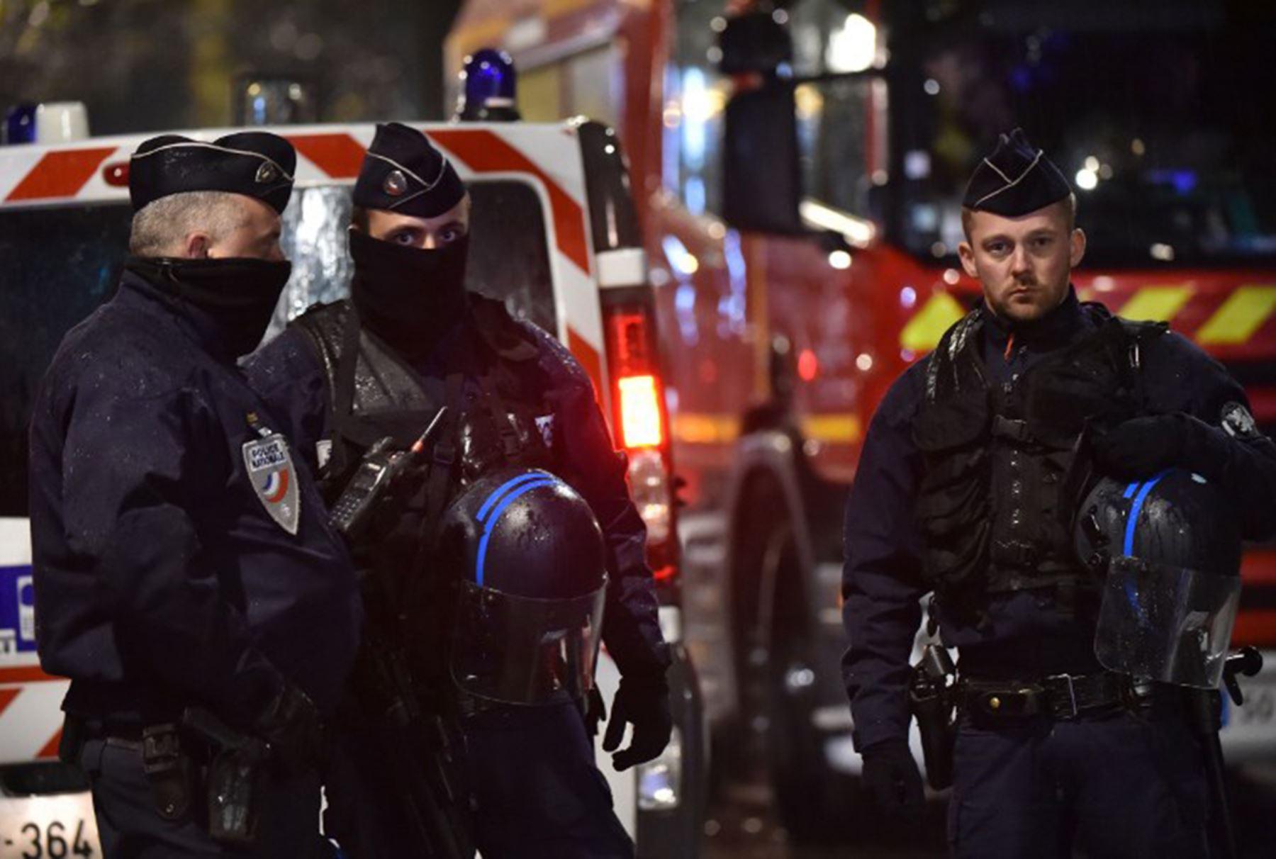 Policía acordona la zona cerca de donde hombres armados han tomado rehenes en la ciudad francesa de Roubaix. Foto: AFP