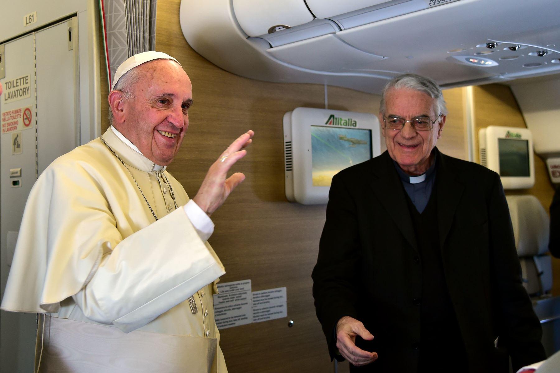 Francisco habla a los periodistas en su vuelo de Roma a Nairobi. El papa salió de Roma con destino a Kenia en la primera etapa de un viaje histórico a África, que está lleno de riesgos de seguridad. Foto: AFP