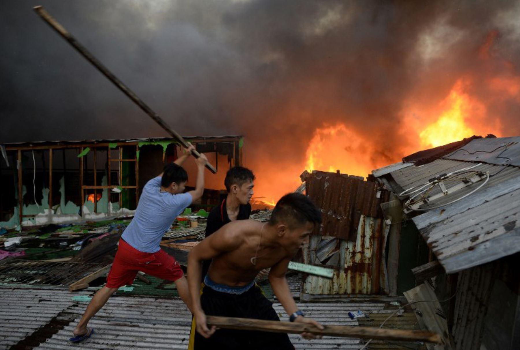 800 casas fueron destruidas, afectando a 1,600 familias en un incendio en Manila. Foto: AFP