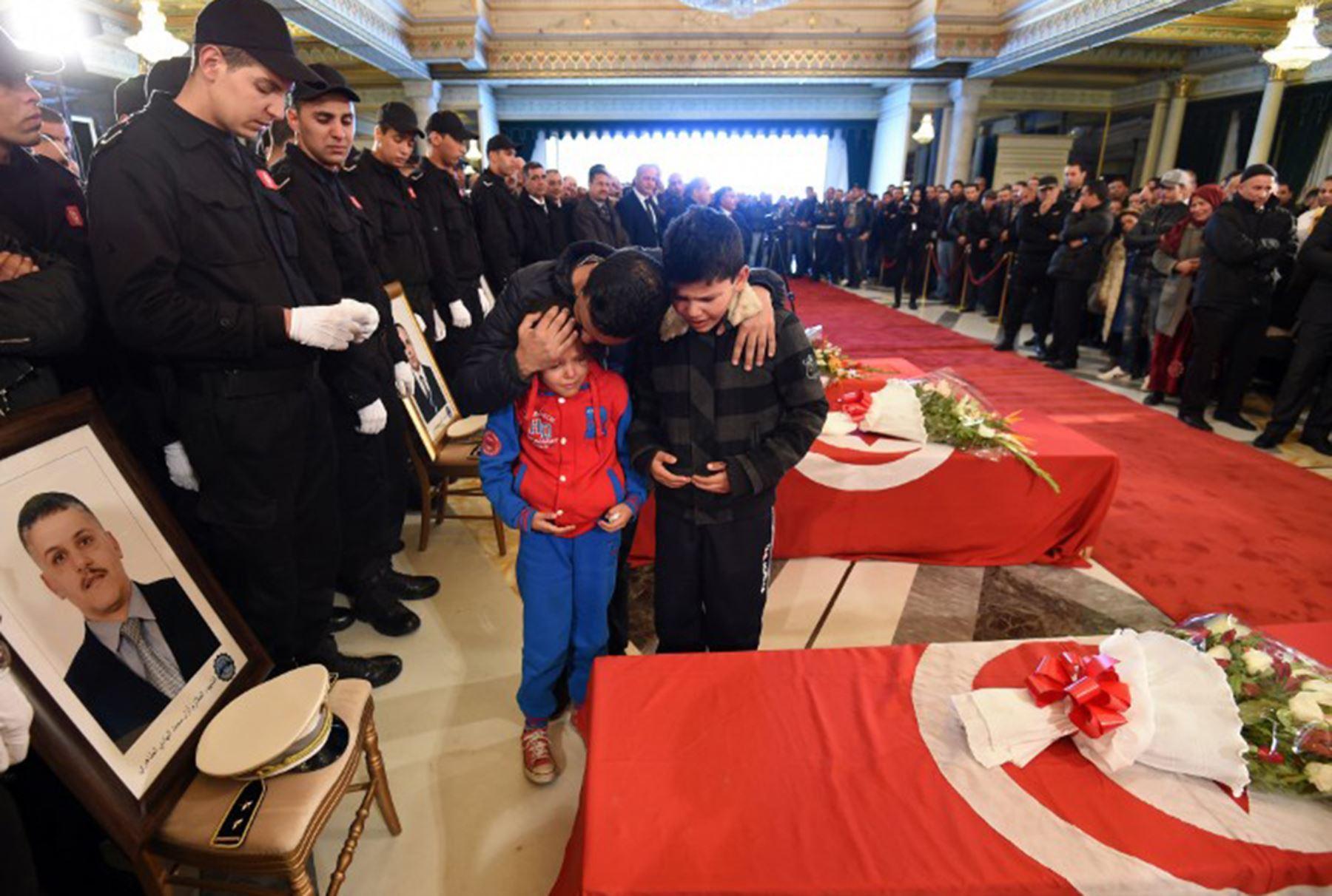 Velatorio de los guardias presidenciales asesinados en una explosión en Túnez. Foto: AFP