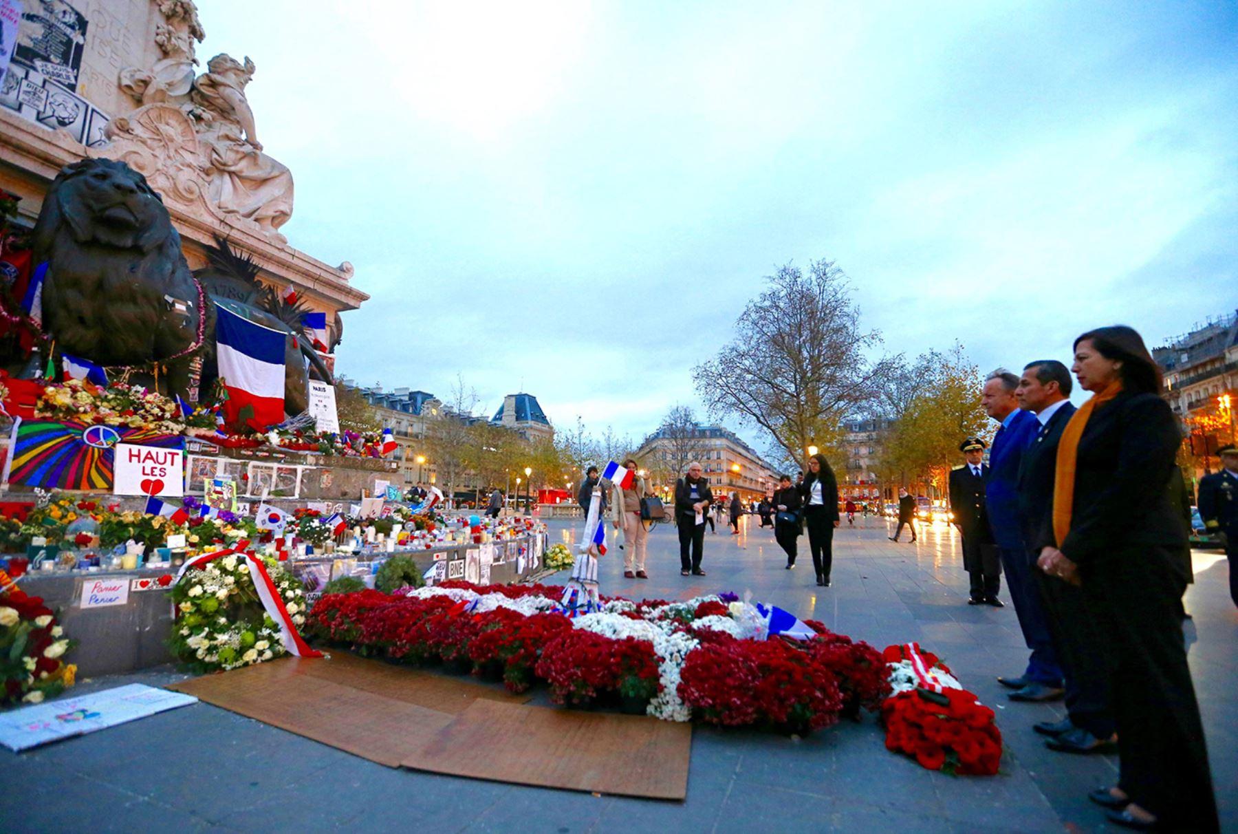 PARÍS, FRANCIA - DICIEMBRE 01. Homenaje en honor a víctimas de atentados terroristas perpetrados en París, rindió el presidente Ollanta Humala en la Plaza de la República de la capital francesa  Foto: PRESIDENCIA.