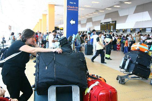Pasajeros con destino a Santiago se encuentran varados en el Aeropuerto Jorge Chávez ante cancelación de vuelos hacia Chile por terremoto.Foto: ANDINA/Victor Palomino