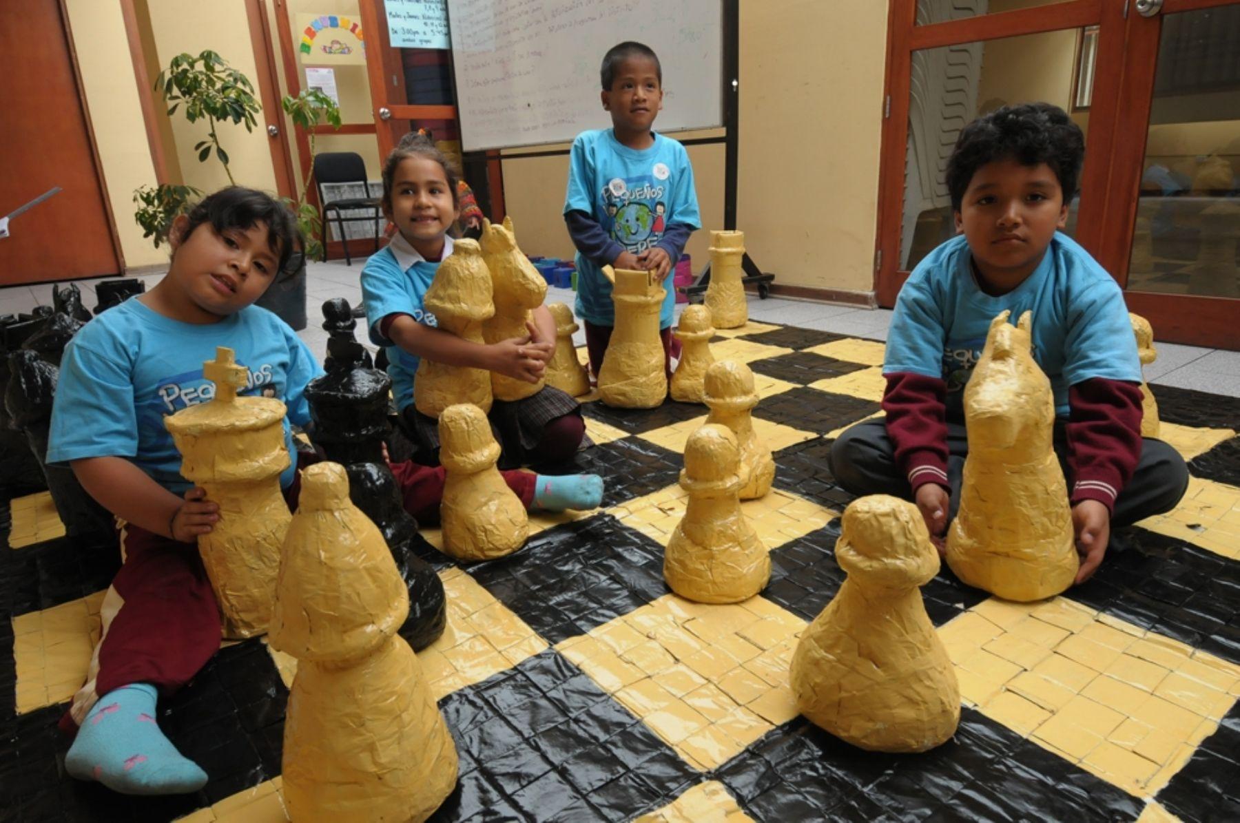 Tablero gigante de ajedrez hecho por ni os con material for Ajedrez gigante para jardin