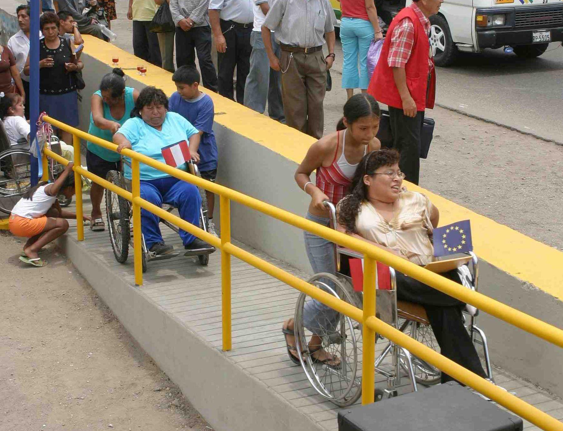 Verifican en lima estructura de las rampas para discapacitados for Rampa de discapacitados