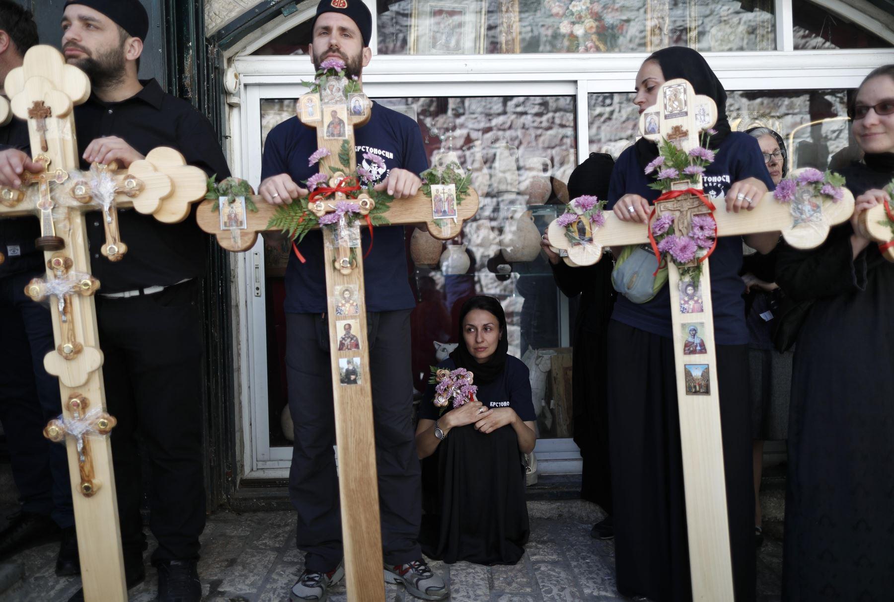 Cristianos ortodoxos de Serbia esperan en la Vía Dolorosa (en la Ciudad Vieja de Jerusalén. Foto: AFP
