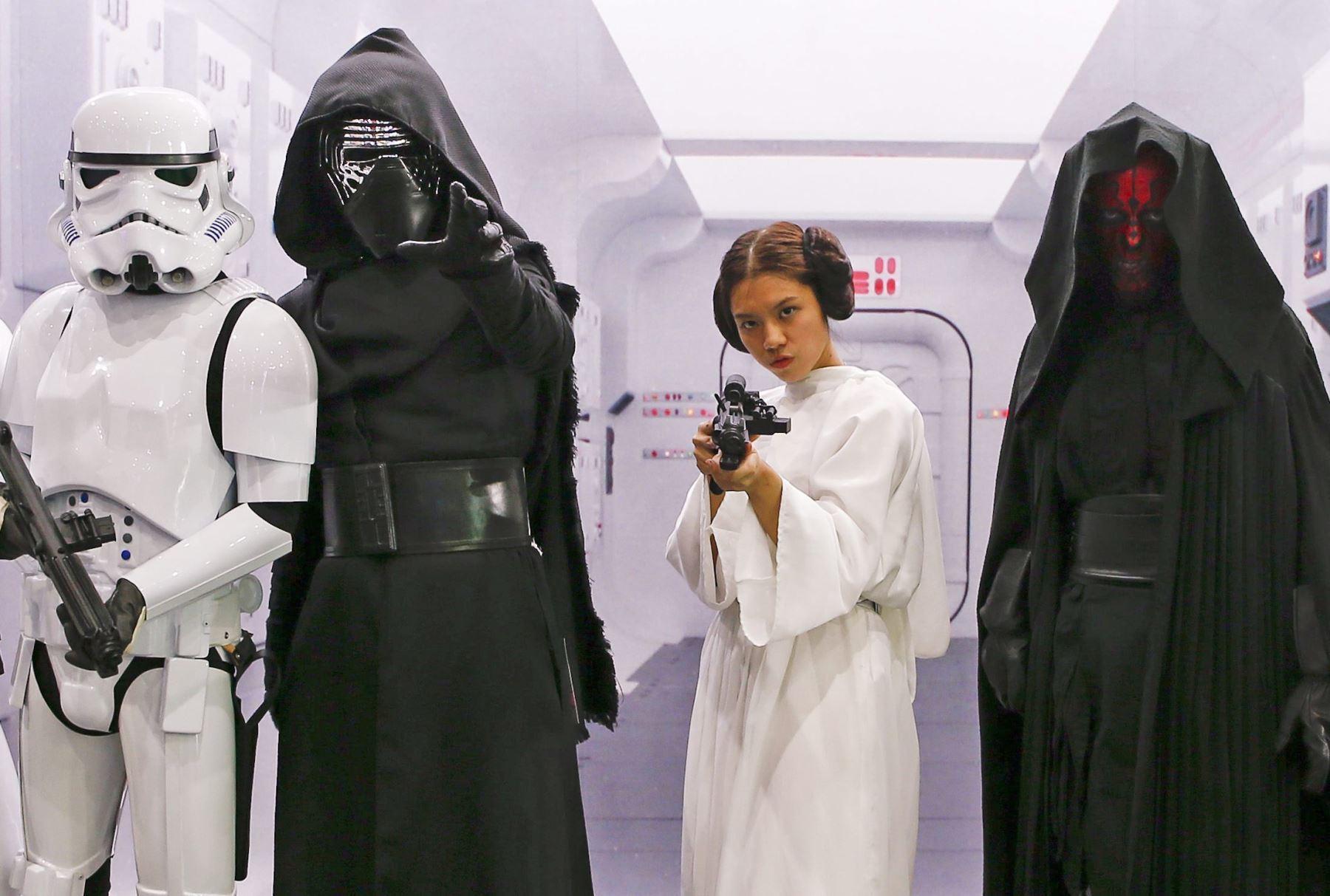 Varias personas disfrazadas de personajes de la saga Star Wars posan para los medios durante la Bangkok Comic en Tailandia. Foto: EFE
