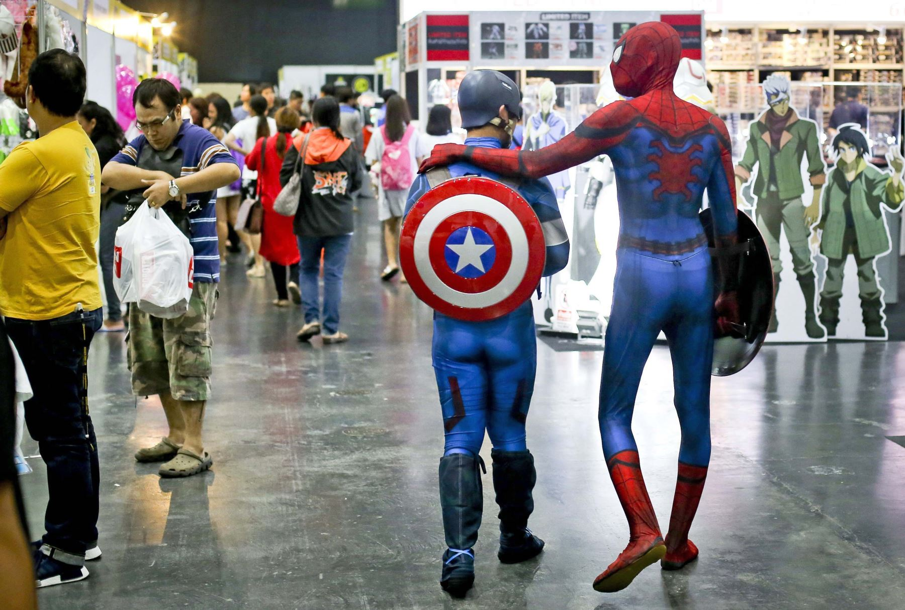 Dos personas disfrazadas de Superman y Capitán América asisten a la Bangkok Comic que se celebra en Tailandia. Foto: EFE