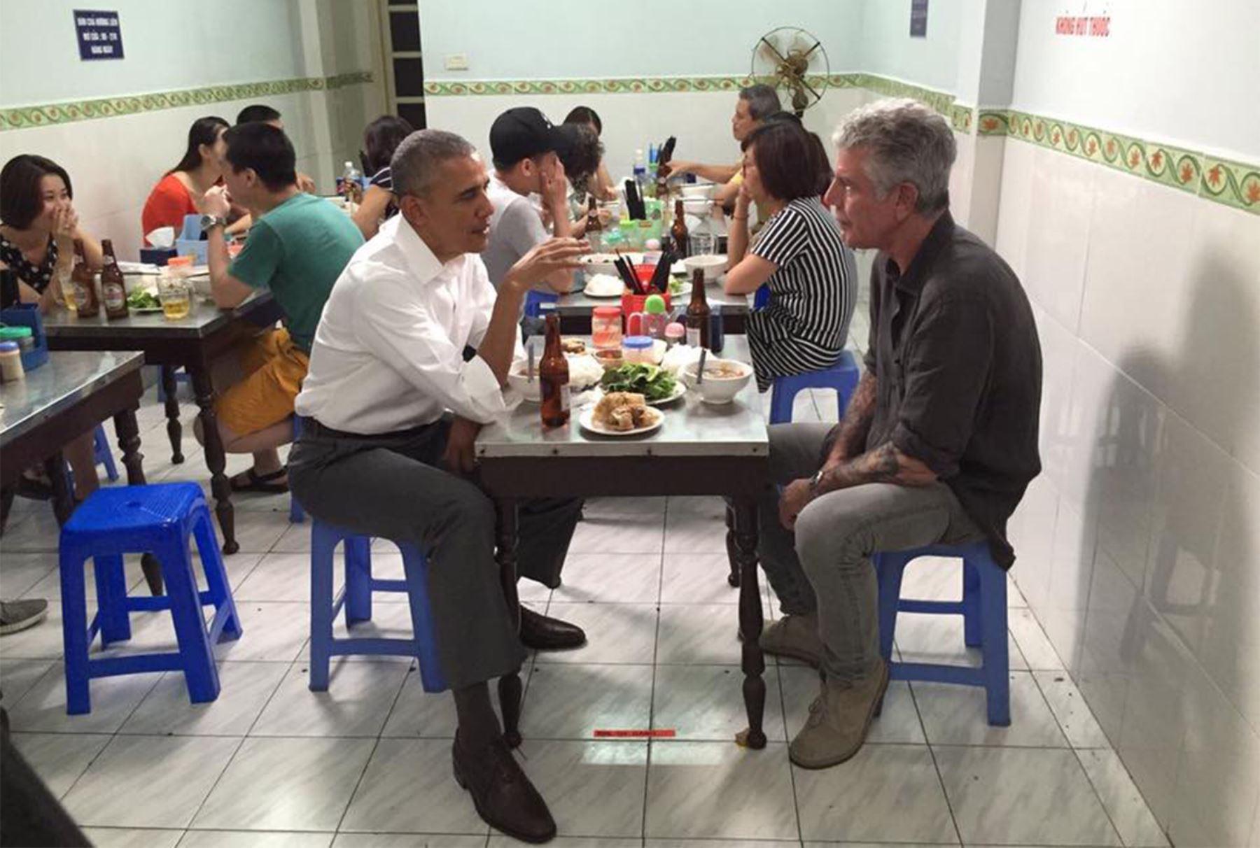 El Presidente de Estados Unidos, Barack Obama y el reconocido cheff Anthony Bourdain almuerzan en un pequeño restorán de Hanoi, capital de Vietnam.  Foto: Facebook